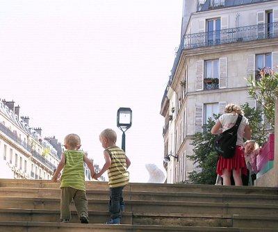 Patrick hjælper sin lillebror op af trappen i Paris