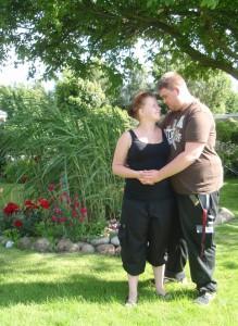 Mette og hendes forlovede Alex. Fotoet er taget hos Alex' mormor og morfar i den flotte have
