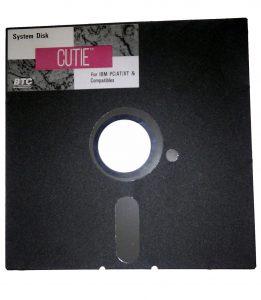 """Dette er en 5,25"""" diskette. Disse fandtes i 360Kb og 1,2Mb versioner"""