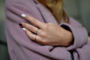 Fingerringe kan være et statement - ligesom nogle kvinder i dag vælger flere farver på forskellige negle...