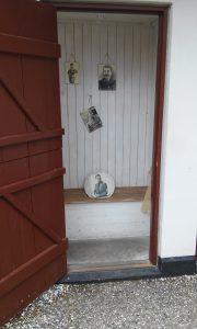 Billede fra Korsbæk på Bakken med grisehandler Larsens das